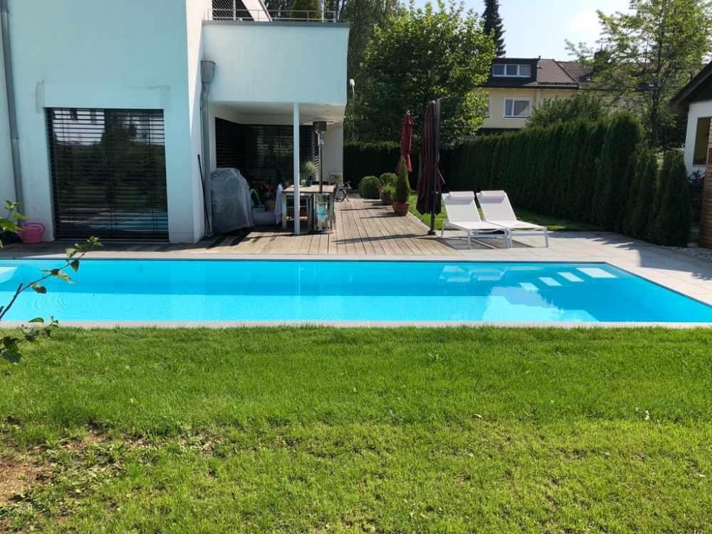 Moderner Badespaß in Hohenbrunn, Ansicht Pool & Terrasse
