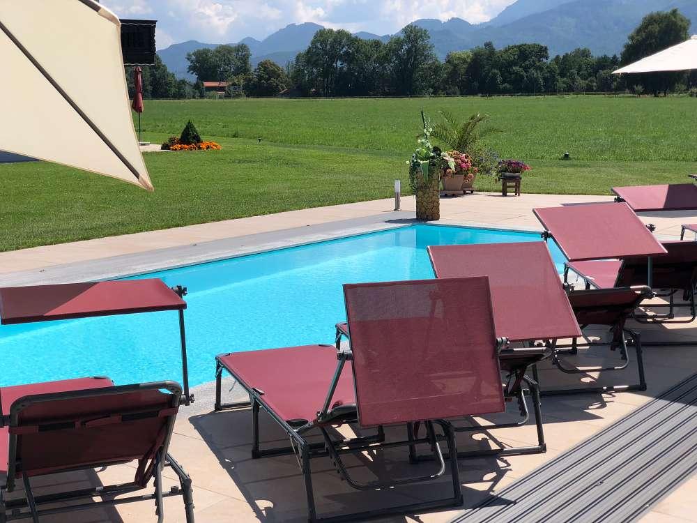 Poolbau am Chiemsee, Liegefläche bei geöffneter Poolhalle
