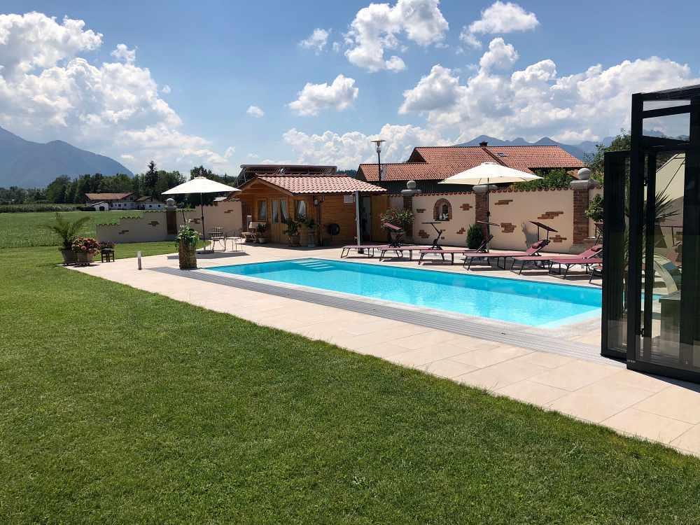 Poolbau am Chiemsee, Außenansicht bei geöffneter Poolhalle